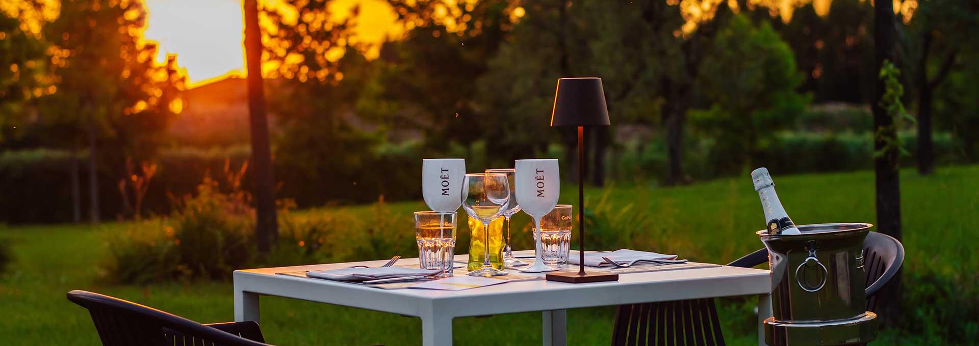 Tavolo apparecchiato per cena in giardino