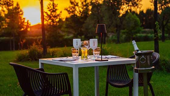 Tavolo apparecchiato per cena all'aperto